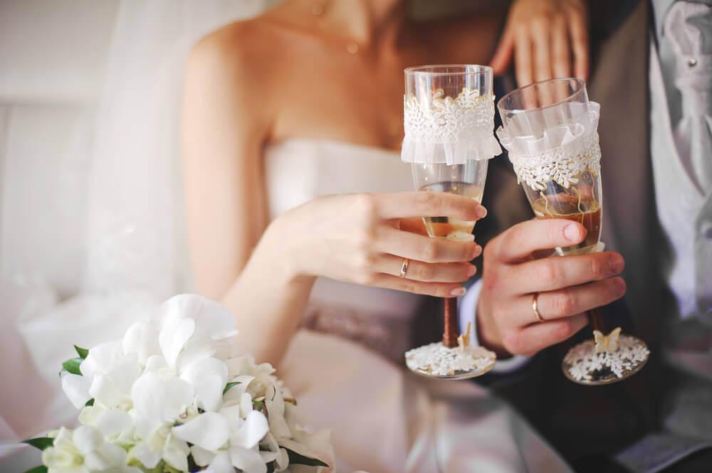 Coupes de champagnes mariés
