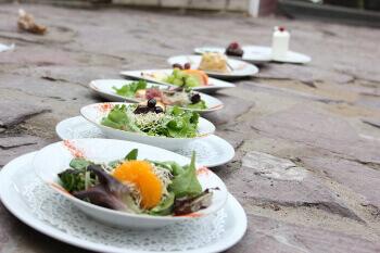 Sélection de salades et desserts