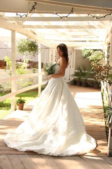 Mariée en chemin vers la chapelle