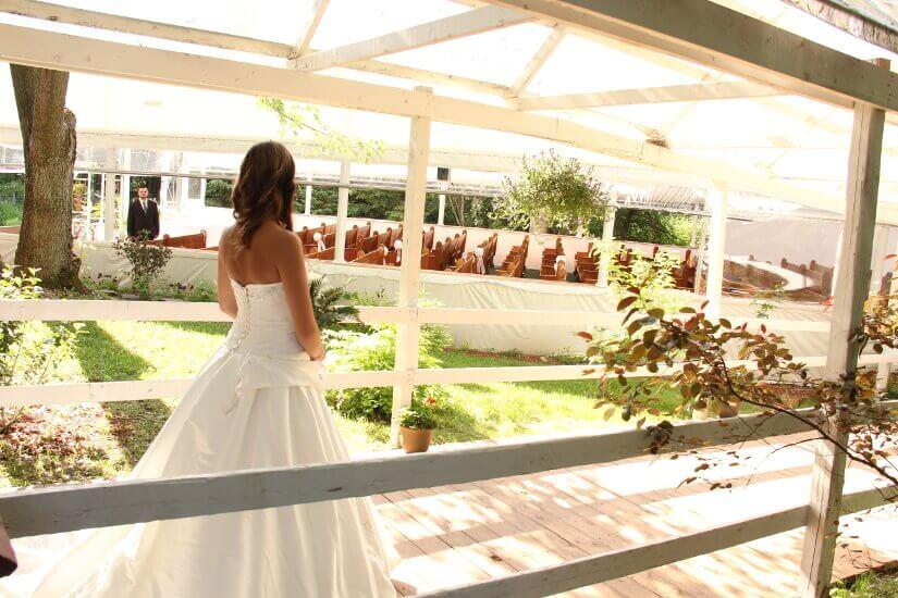 Mariée marche vers la chapelle