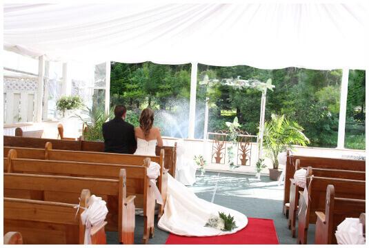 Mariés assis sur le banc de la chapelle