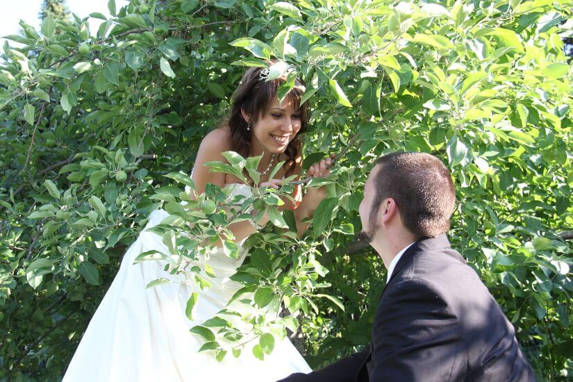 Mariés dans les feuillages
