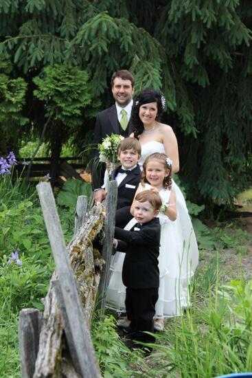 Famille mariés clôture de bois