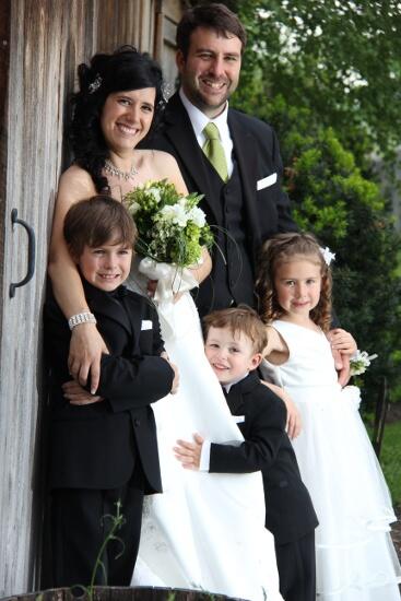 Famille mariés près de la grange