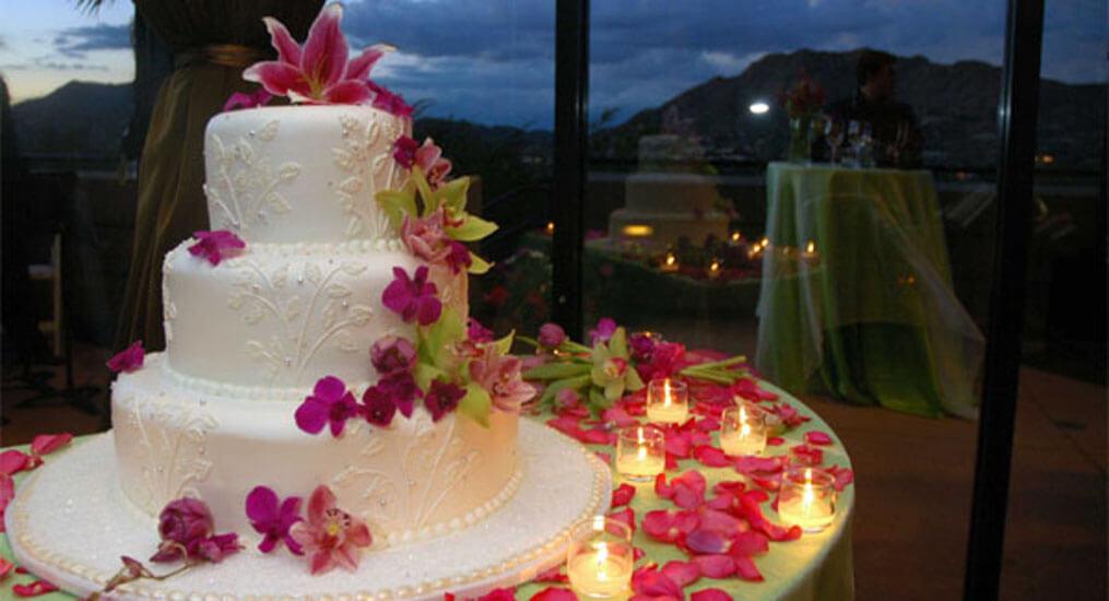 Gâteau de mariage blanc et rose