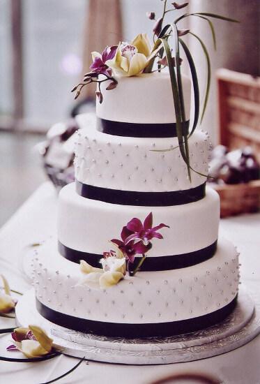 Gâteau de mariage blanc et noir