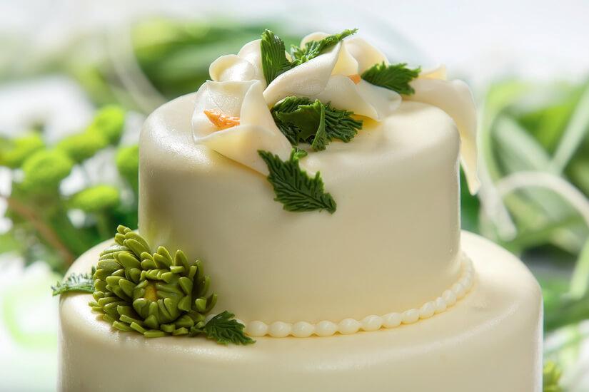 Gâteau de mariage blanc et vert