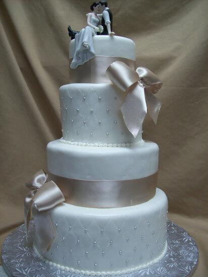 Gâteau de mariage boucles blanches