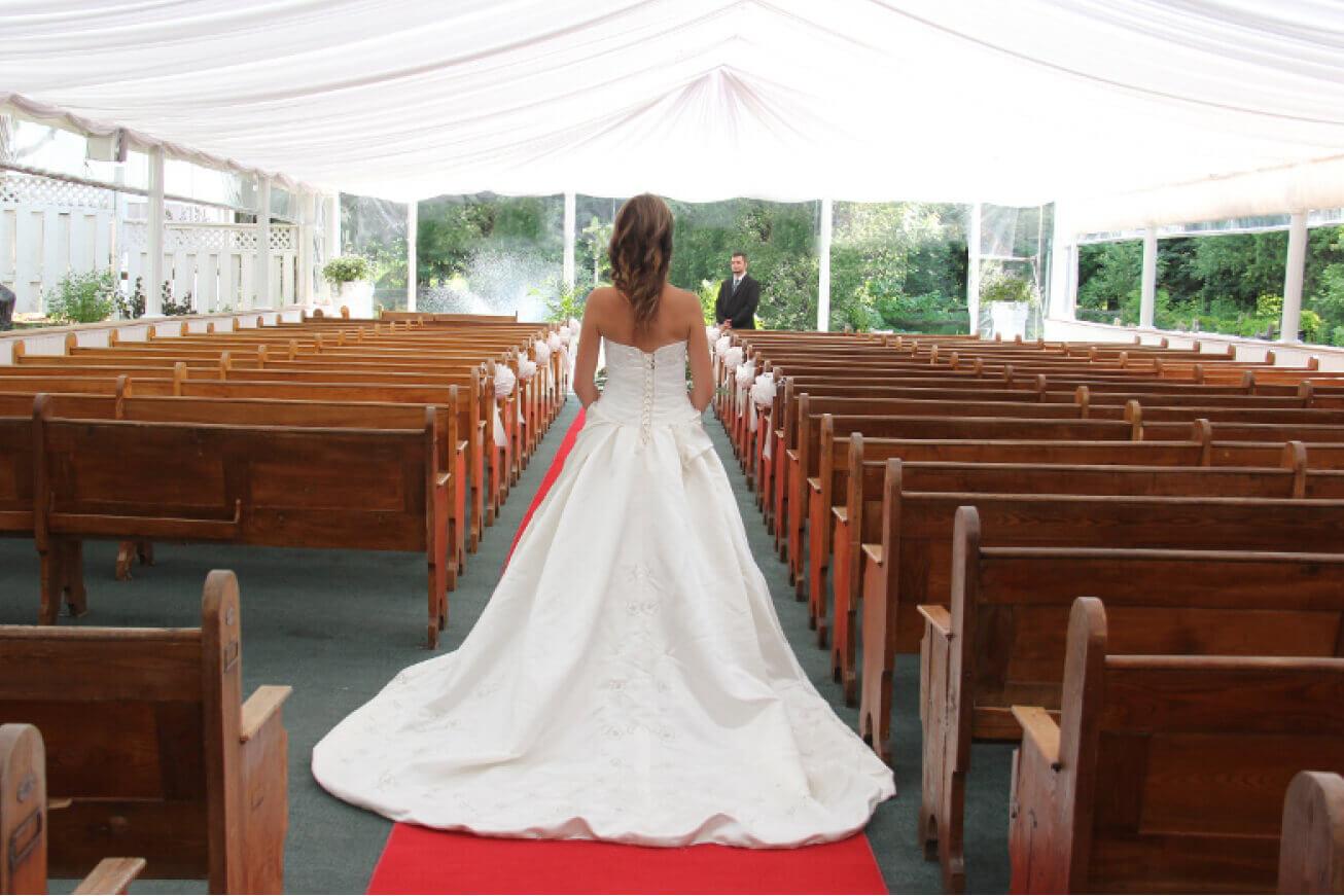 Mariée dans l'allée de la chapelle extérieure