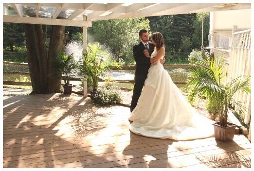 Mariés heureux sur le bord du lac