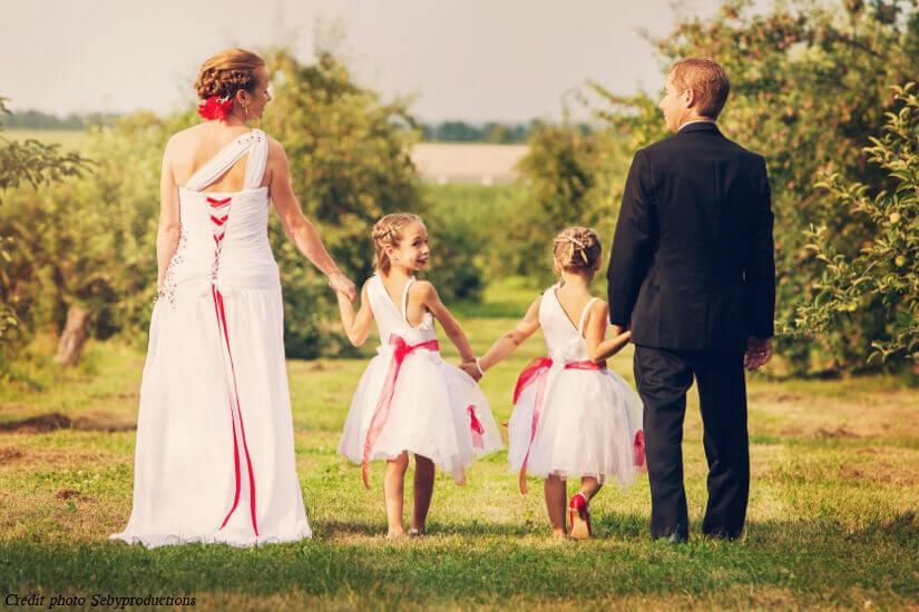 Famille marche dans les vergers