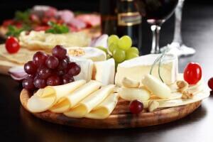 Buffet froid de traiteur avec plateau de fromages